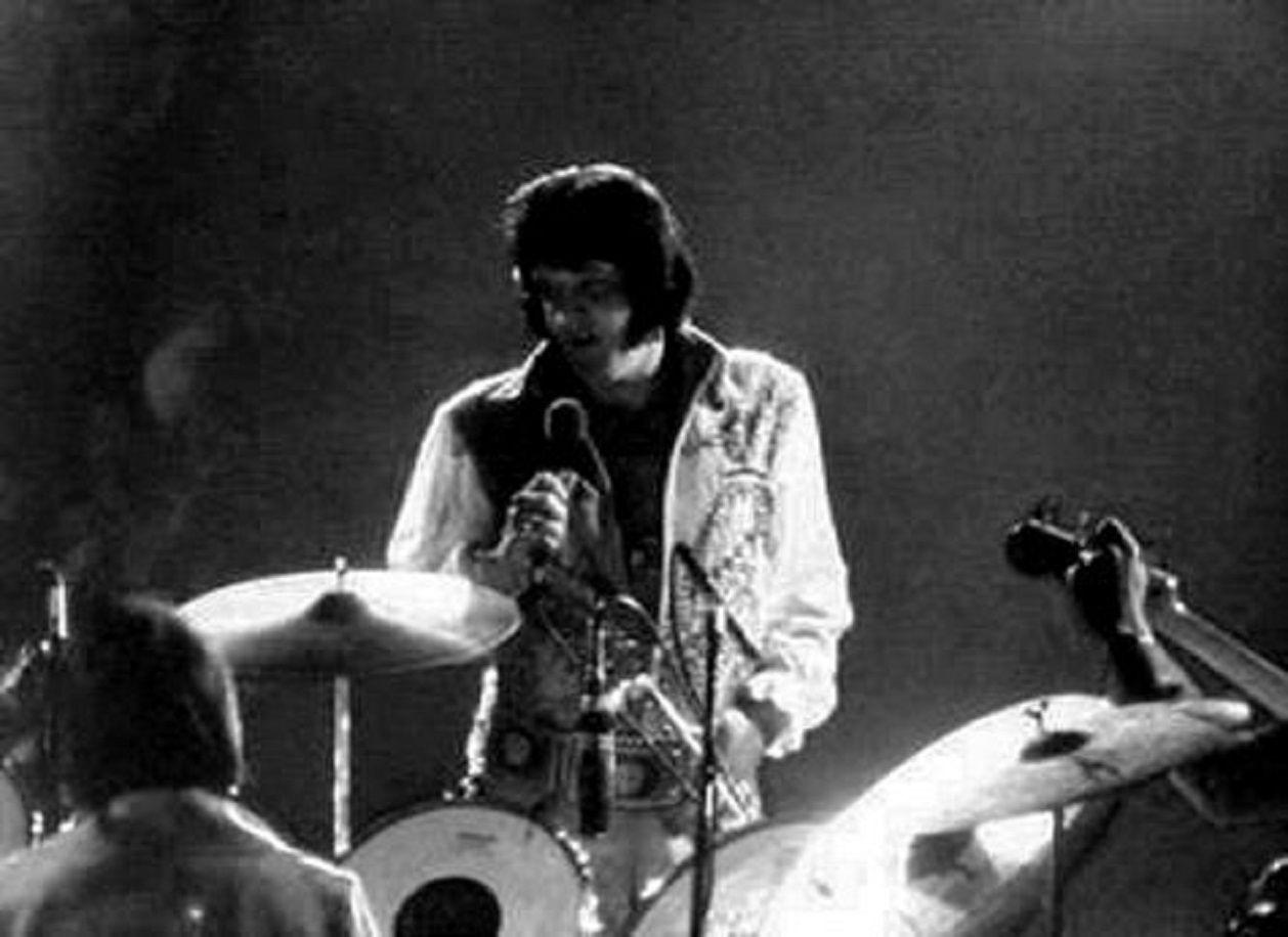 ELVIS ON STAGE IN 1976