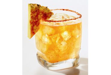 Pineapple  Ingredientes: mezcal, jugo de piña, jugo de durazno, chile piquín en polvo, 1 triángulo de piña  para decorar.
