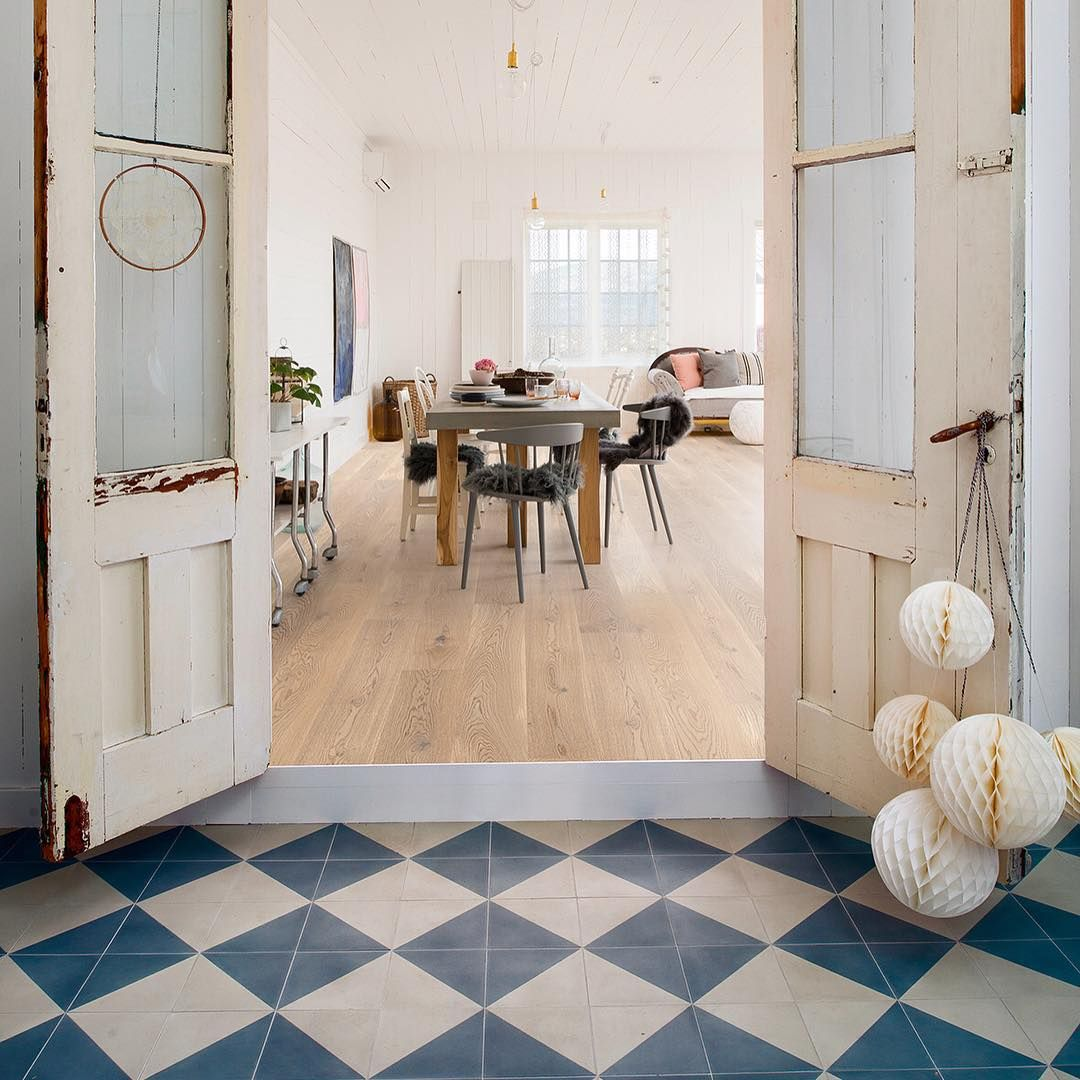 #fredagsinspo with @hanneromhavaas  White oiled hardwood flooring goes well together with rustic furnitures that has a modern twist! ✨ ••••••••••••••••••••••••••••••••••••••••••• Husk at du kan #vinne et lignende #betongbord som på bilde!  Se tidligere innlegg for hvordan du deltar