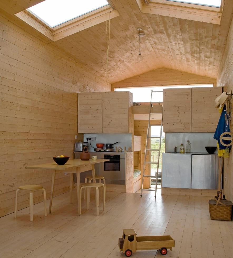 ROMDELER: Overskapene på kjøkkenet fungerer som en romdeler mellom stue og sovedel. Foto: Ben Anders