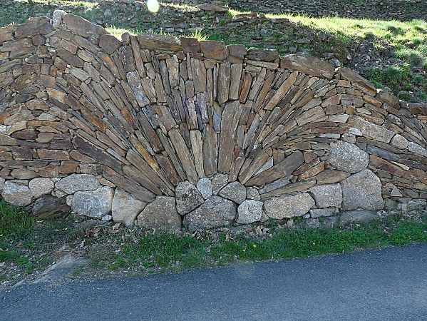 L 39 art du mur en pierre seche pierre seche pinterest for Mur en pierre exterieur