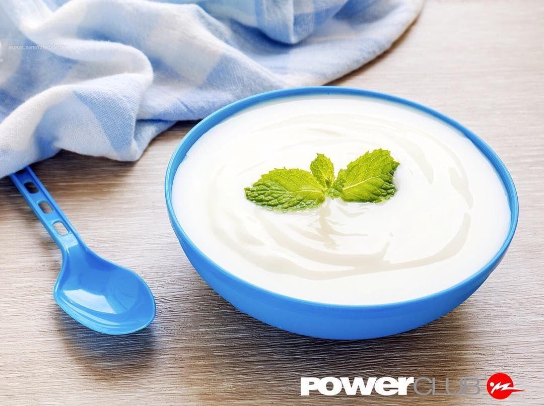 El yogurt griego aporta casi el doble de proteína y menos lactosa que el yogurt regular. Busca versiones bajas en grasa y sin azúcar!