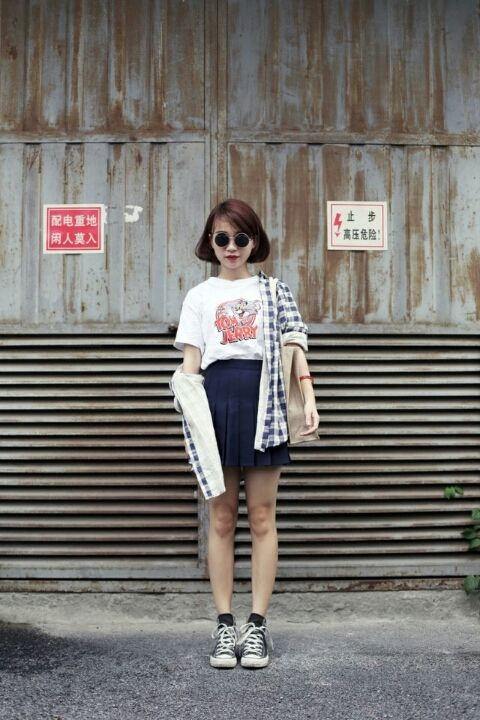 545cf47478ab School style - mini pleated skirt - graphic tea and sneakers (Seoul street  style)
