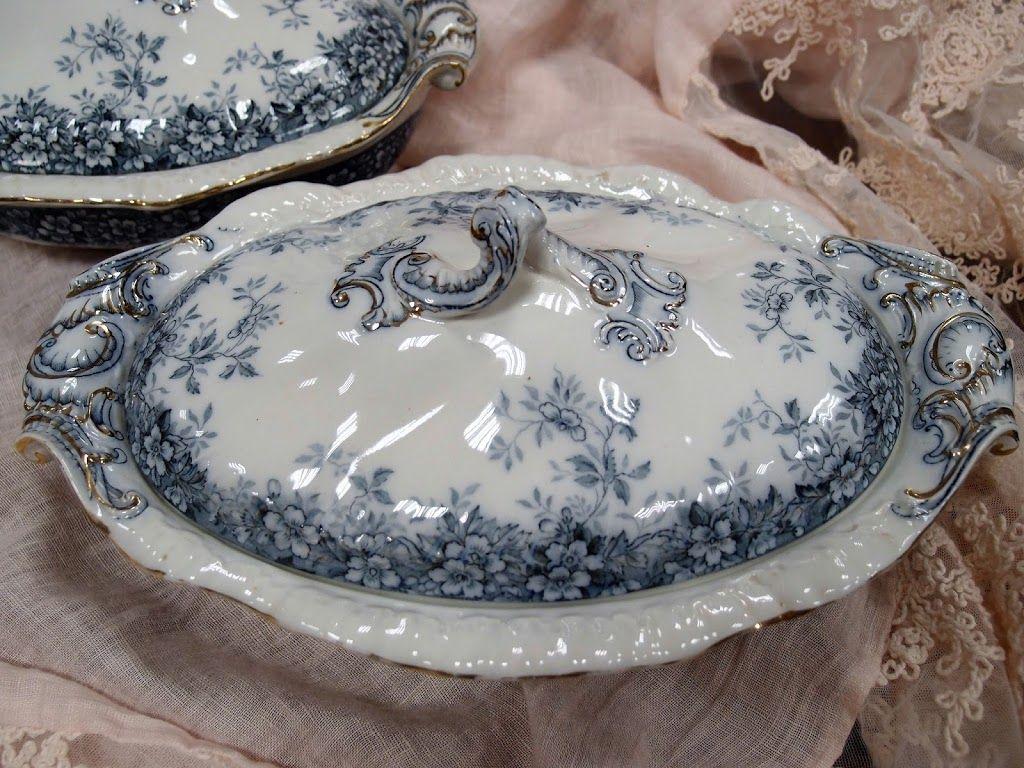 Porcellane inglesi con rose antiche e vintage e sbocciato il