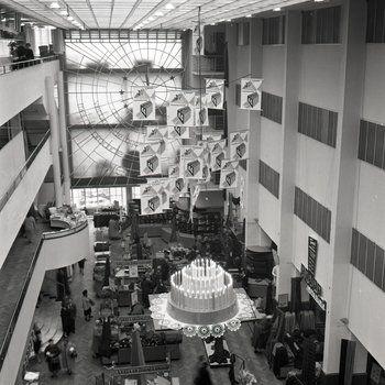 Uitzicht over interieur van De Bijenkorf tijdens verjaardagsverkoop ...