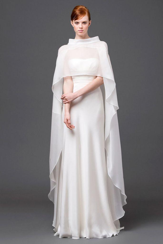 vestido de novia de estilo natural con una hermosa capa que cubre el