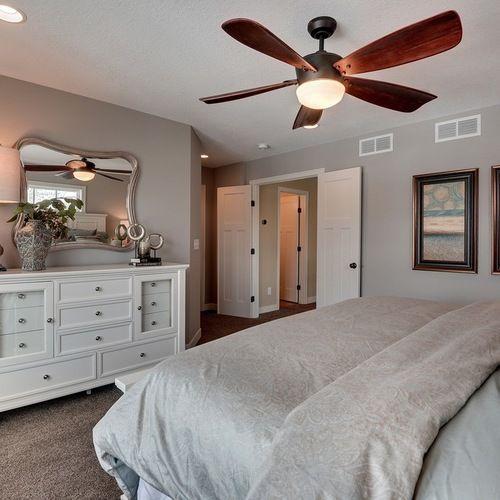 Ejemplo de dormitorio cl sico renovado con paredes grises for Ejemplo de dormitorio deco