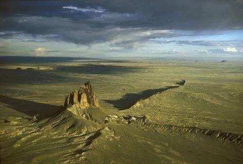 Inselberg (ou monadnock) de Shiprock, Nouveau Mexique. Relief (colline ou un petit massif) isolé qui domine significativement une plaine ou un plateau. Shiprock signifie en navajo« rocher ailé » et celui ci domine à 550 mètres. Il constitue un site sacré pour les Indiens Navajos. Ces derniers l'assimilent à un oiseau géant qui transforme en pierre leurs ennemis.