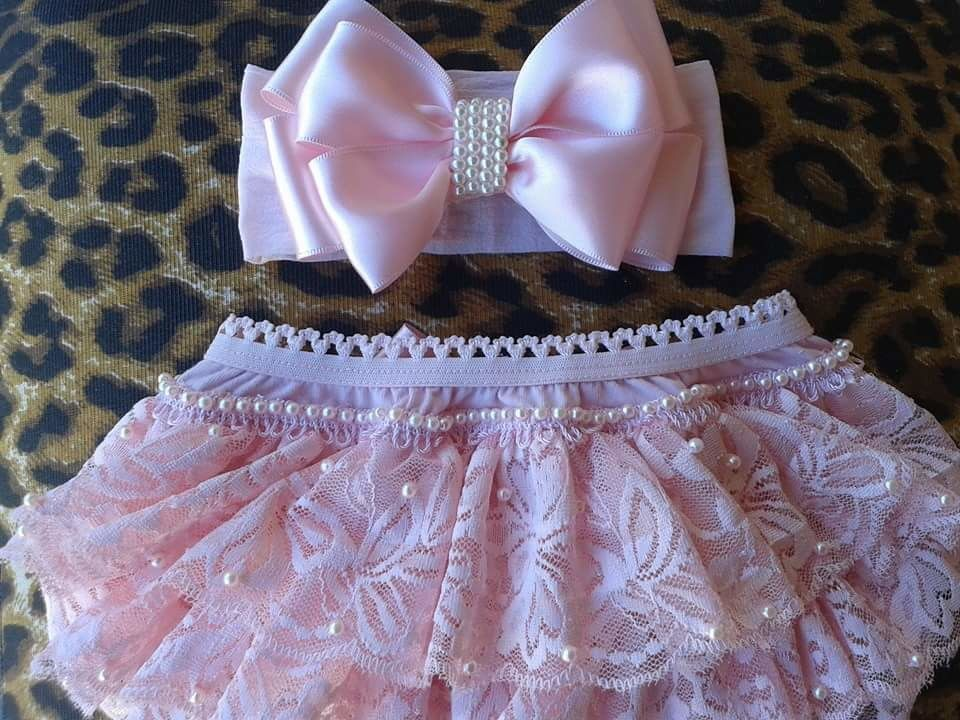 514a336a7 Kit de calcinha bundinha rica rosa de renda customizadas em pérolas com  mini faixinha também com pérolas!!!! Assim que for realizada a compra