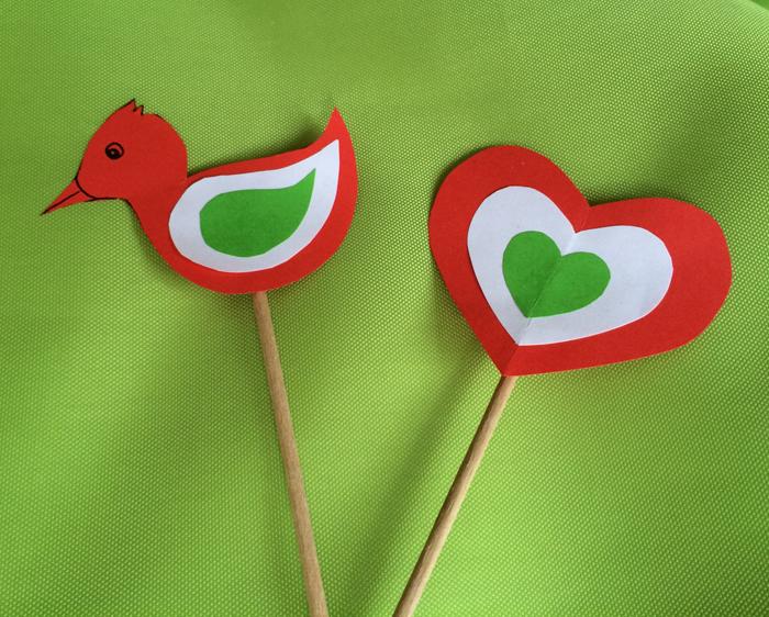 Hozzávalók  piros színes papír fehér papír zöld színes papír ragasztó (stift) 2 db hurkapálca cellux  Készítés menete A madárkát és a szívet (bármilyen) sablon alapján megrajzoljuk, majd először piros papíron körbevágjuk. A madár szárnyainak formáját szabadon…