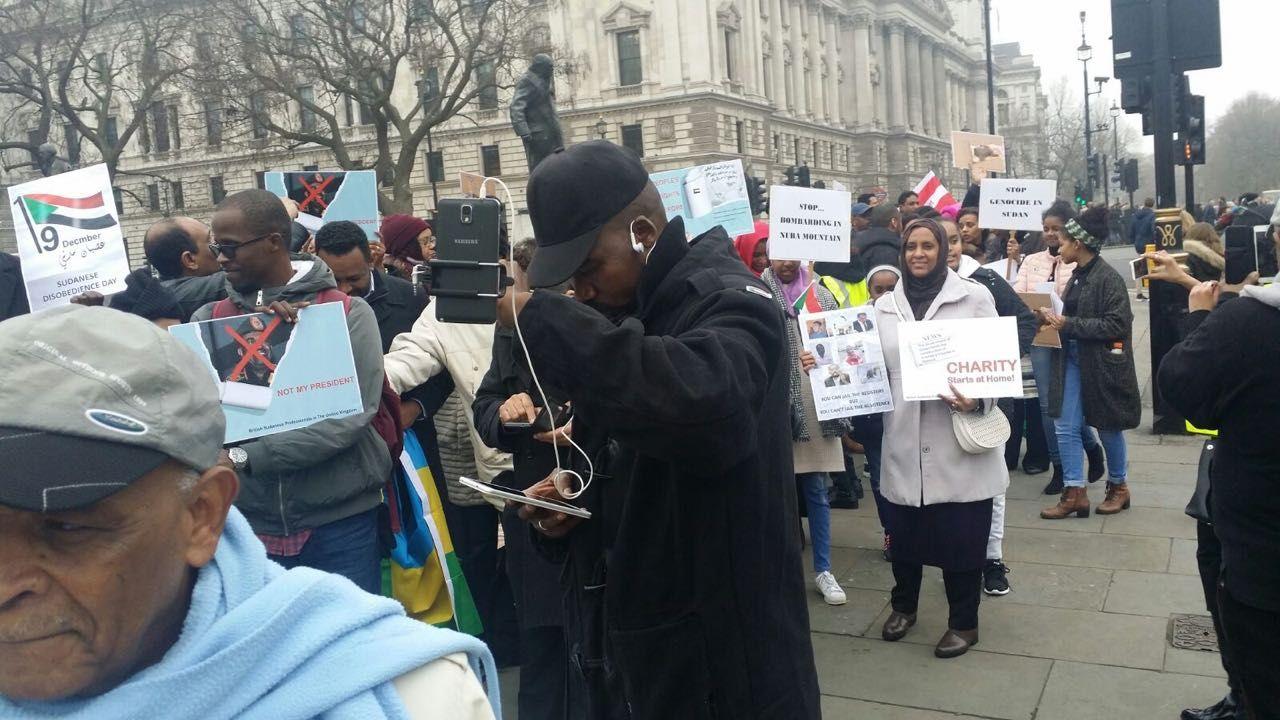 بالصور: وقفة لندن لدعم الاعتصام واسقاط النظام