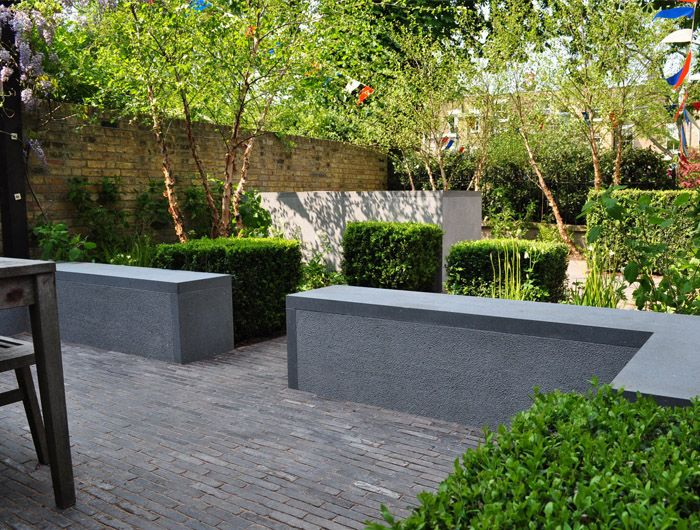 Notting Hill Garden 2 Plastered Bench Wall With Stone Layer Not Only On Top But Also On The Ends Garden Paving Garden On A Hill Garden Landscape Design