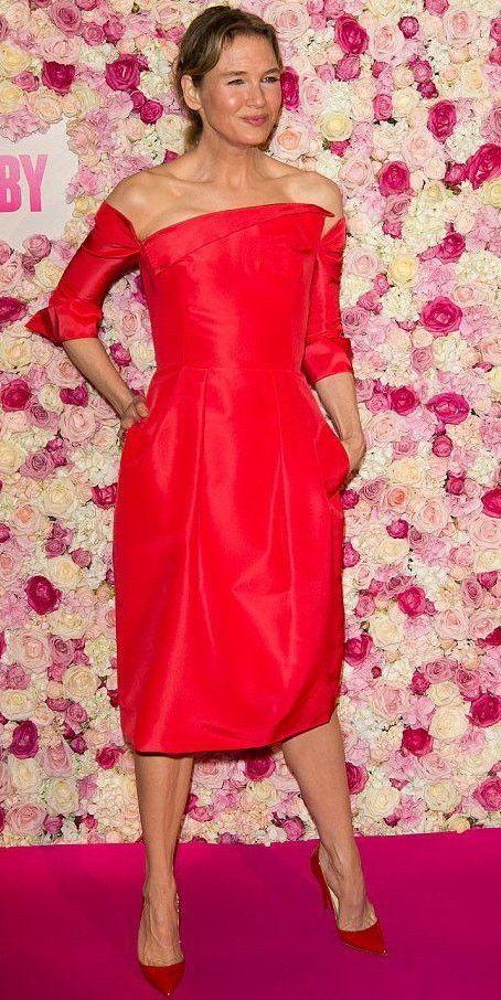 Renée Zellweger se enfunda en un vestido rojo de Carolina Herrera en París