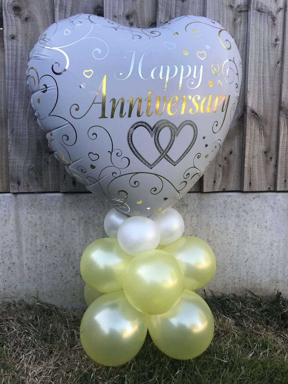 Anniversary balloon carry out happy marriage anniversary