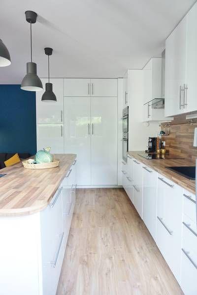 miniature une cuisine ouverte sur la salle manger toute de blanc et de bleu essonne adc l. Black Bedroom Furniture Sets. Home Design Ideas