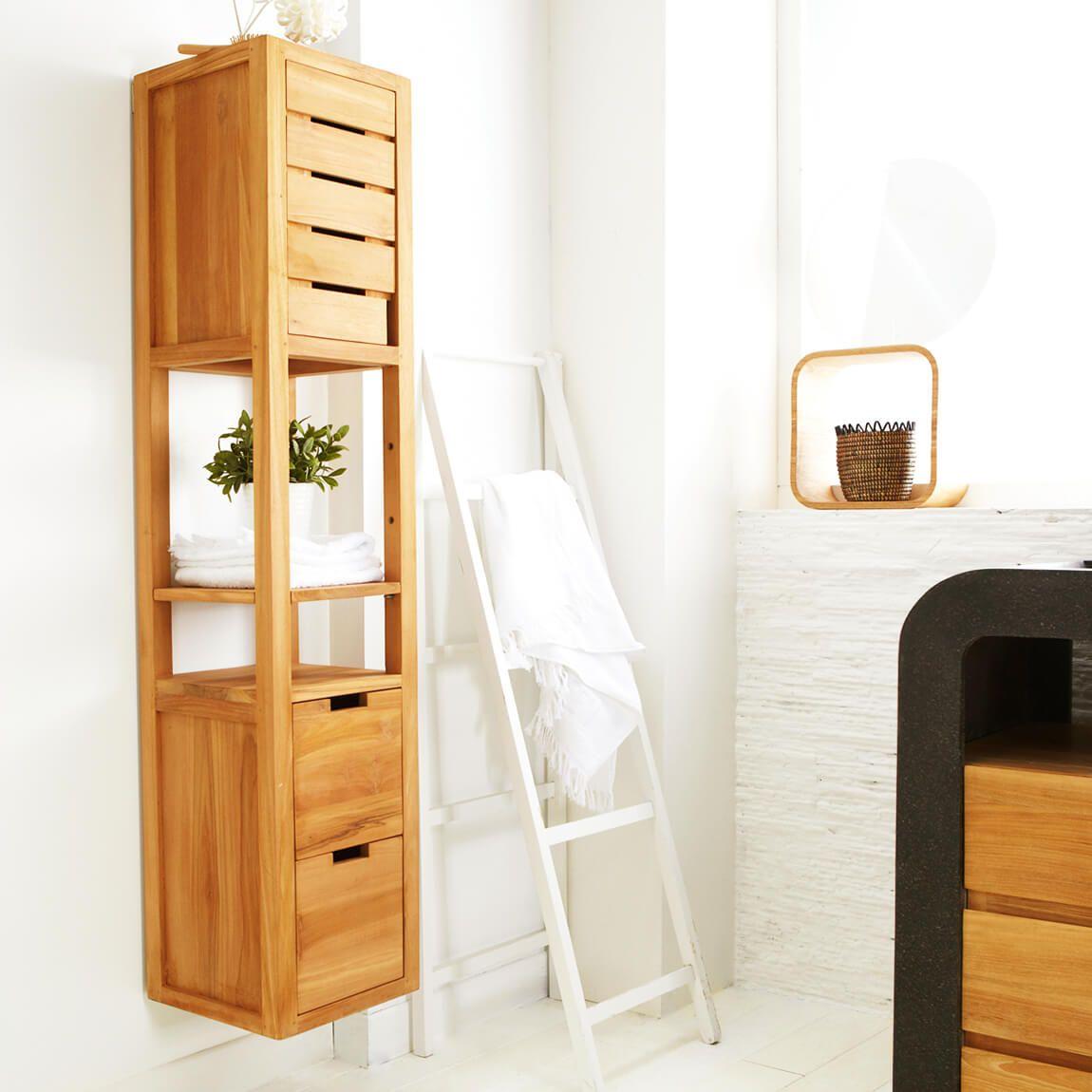 Badezimmer mit Badschrank aus Teakholz, der an der Wand