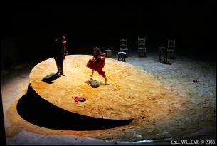 Inclined circular platform Loll willems ROUGE, CARMEN THEATRE Adaptation et mise en scène par Juliette Deschamps Collaboration à la scénographie  Scénographie, Miquel Barcelo