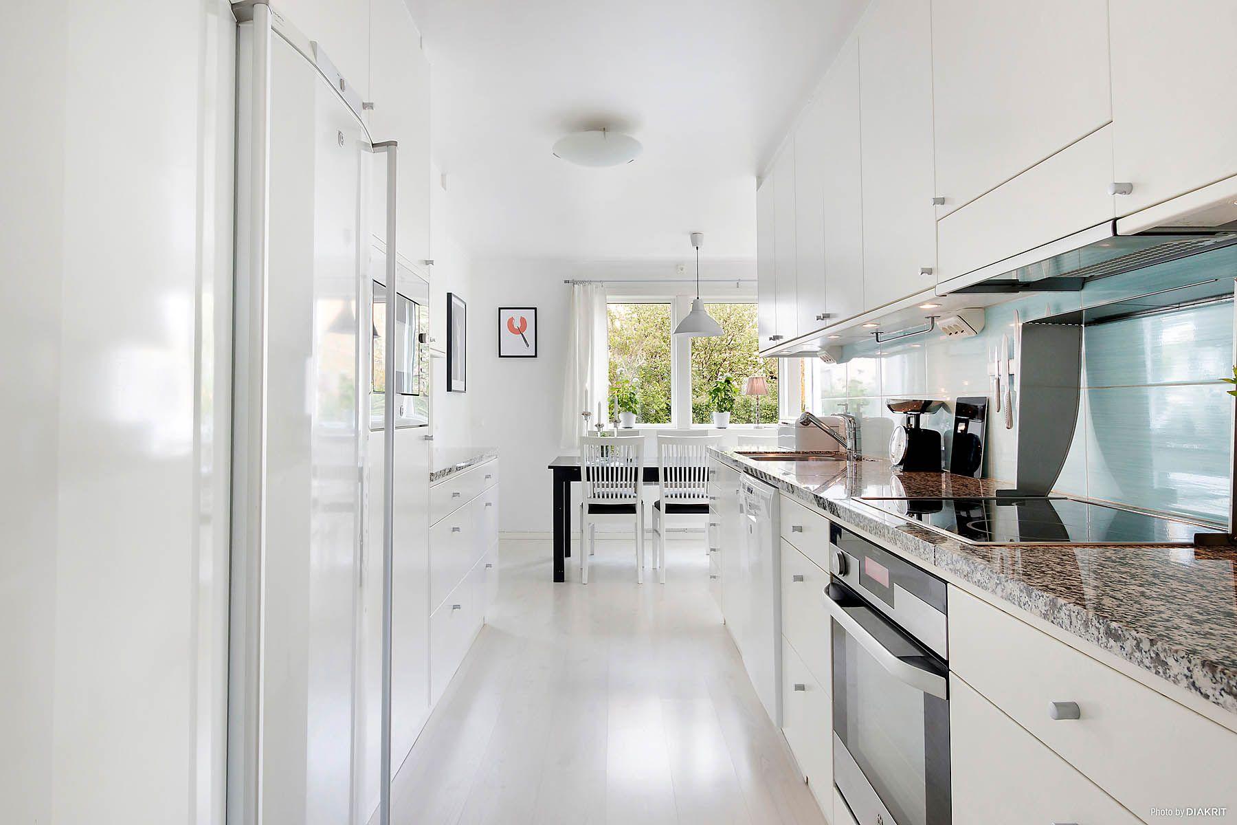 Vitt kök från ballingslöv med gråmönstrad bänkskiva   laminat 7478 ...