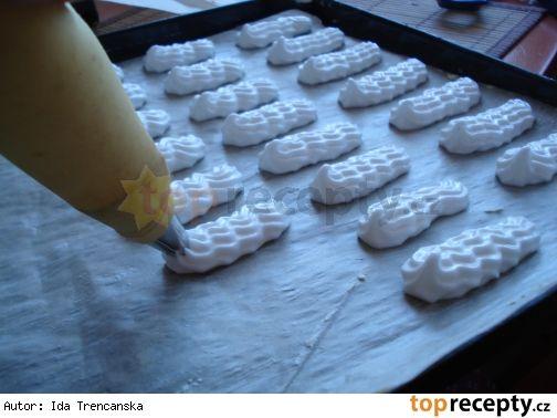 Bílkové tyčinky s čokoládovou náplní BIELKOVÉ CESTO : 6 bielkov , 30dkg práškového cukru , tuk na plech ,mastný papier   PLNKA :  6 žĺtkov , 20dkg práškového cukru , 1 vanilka , 10dkg várovej čokolády , 25dkg masla , 4 lyžice kakaa . Postup Bielky vyšlaháme nad parou, potom po častiach pridávame cukor a znovu dobre prešlaháme.Potom dáme bielkovú penu do vrecúška a na dobre vymastený mastný papier nastriekame približne 7cm tyčinky . Sušíme ich asi pri 70-80 stupňovej teplote asi 60-80 min.