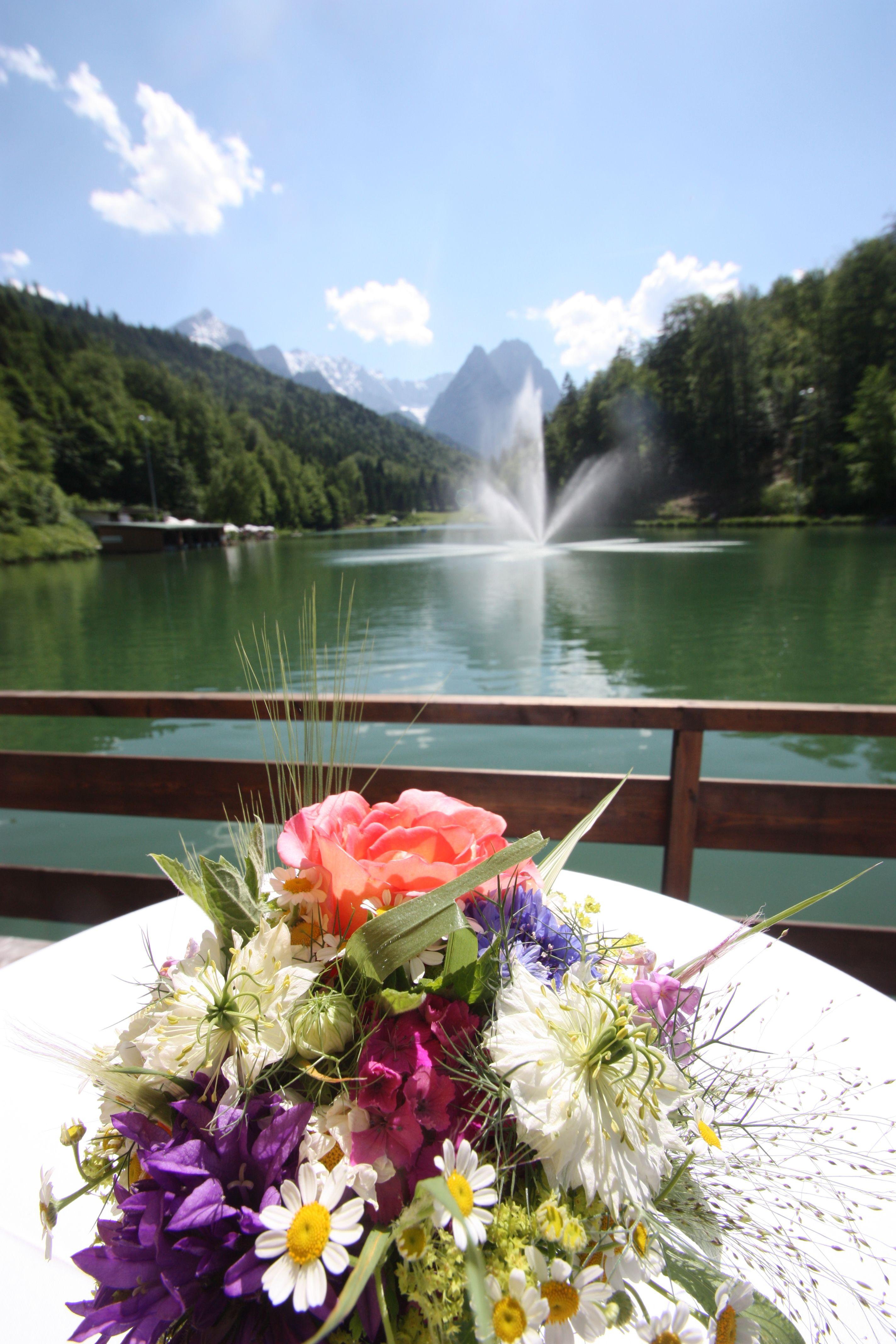 Empfang auf der Floß-Terrasse, Stehtische mit bunten Sommerblumen - Heiraten in Garmisch-Partenkirchen, Bayern, Riessersee Hotel Resort