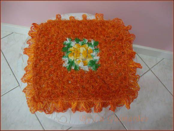 Almofada em crochê feito com fio felpudo na cor laranja, mas pode ser feita em outras cores, com flor central em barroco R$ 83,00