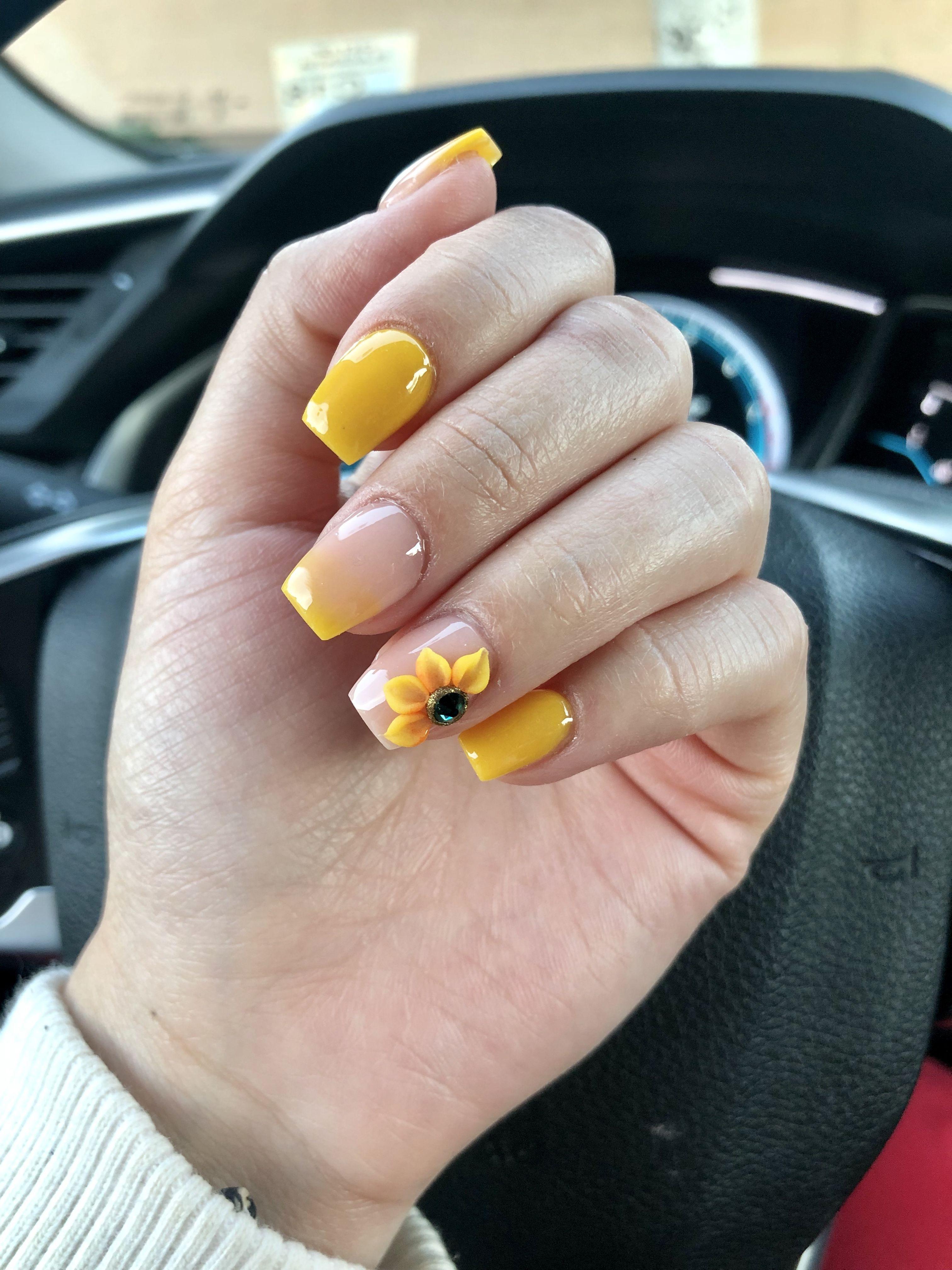 yellow ombré sunflower nails😍 #ombrenails | Sunflower ...