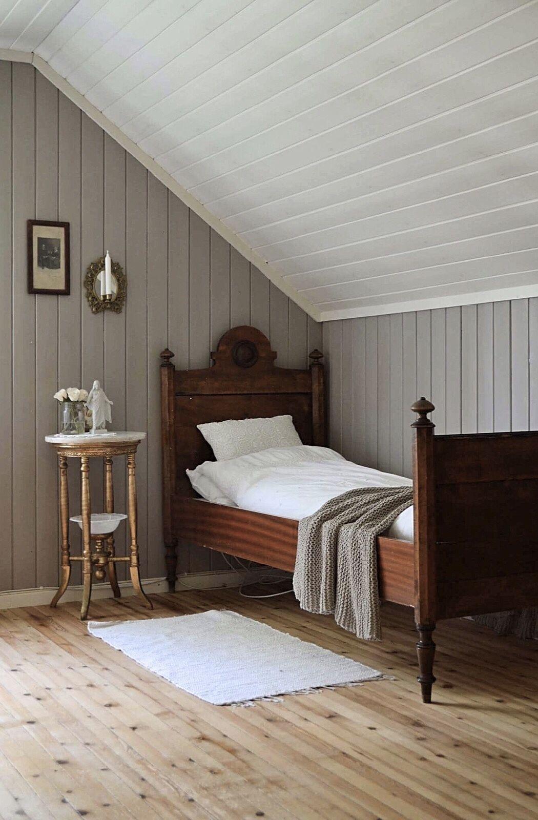 Photo of Gammeldagse soverom, gammel seng, gamle nattbord, fillerier, landlig interiør, …