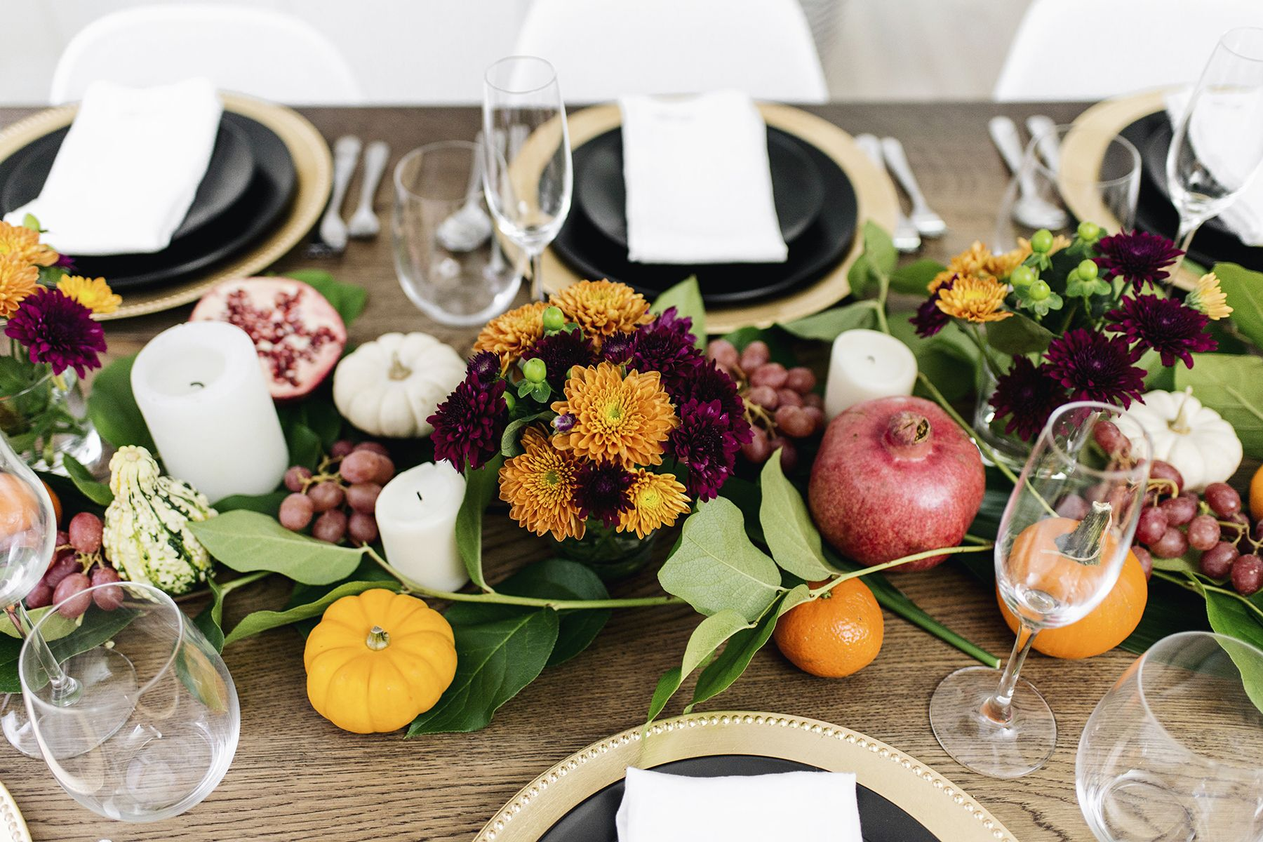 Festive modern thanksgiving tablescape using fall colors / autumn table setting with orange gold & Festive modern thanksgiving tablescape using fall colors / autumn ...