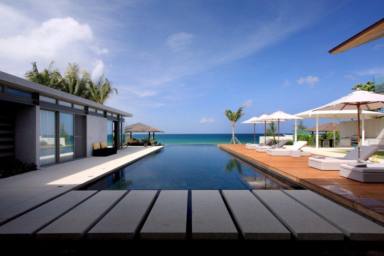 海とビーチに臨むタイのモダンなビラ タイ人気の観光地プーケット島