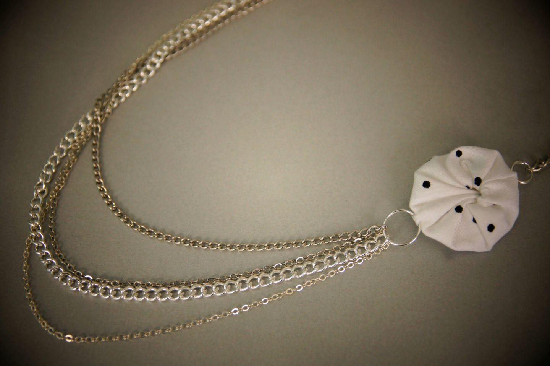 Sautoir yoyo multi chaînes et fleur blanche