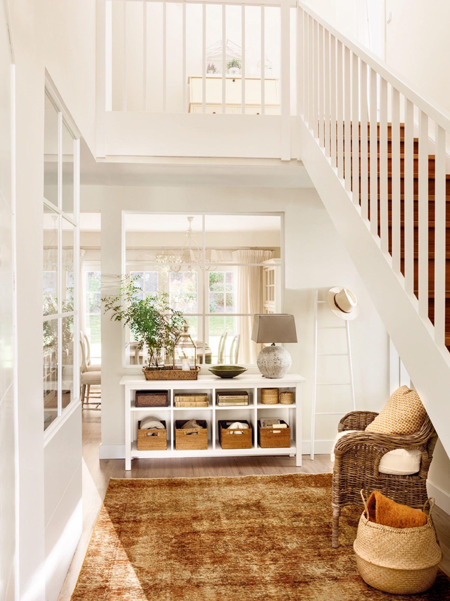 Recibidor con escalera y ventana abierta al sal n entr e for Miroir fenetre casa