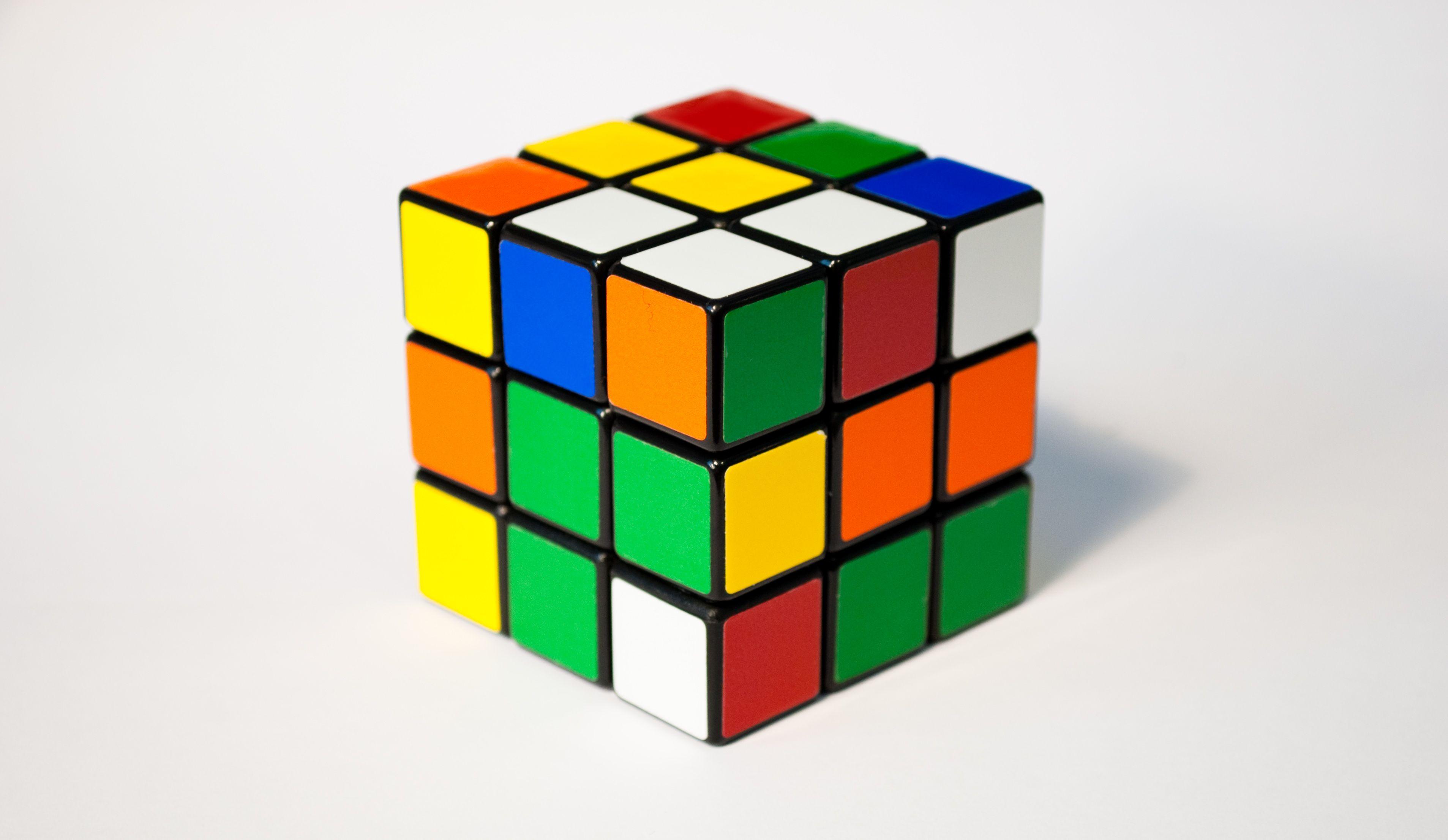 El cubo de RUBIK cumple 40 años: http://www.rtve.es/noticias/20140519/cubo-rubik-cumple-40-anos-cinco-curiosidades-se-descubieron-hace-poco-sobre/940081.shtml