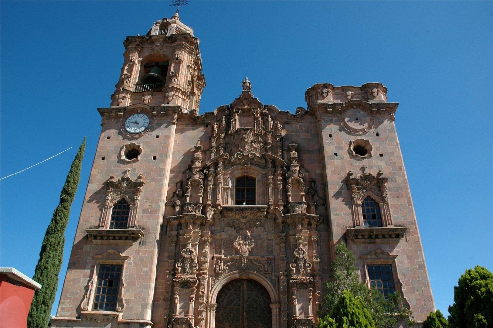 Mucho de la arquitectura vieja del estado es en el estilo de Barroco Mexicano. Las minas fueron muy productivos en este periodo, entonces el estilo Barroco fueron muy popular también. La fotografía muestra La Iglesia Valencia en la ciudad de Guanajuato, un buen ejemplo del arquitectura vieja, bonita, y típica de la área. La construcción de la iglesia fue completado en 1788.