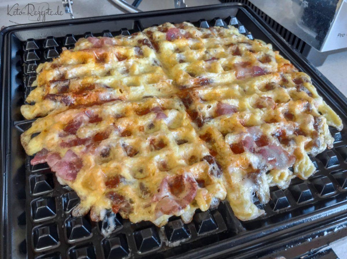 Bacon Käse Waffeln sind der absolute Wahnsinn! So einfach, so lecker, so....BACON. In einer Minute alles zusammenmischen, auf das Waffeleisen, fertig! #schrottwichtelnideen