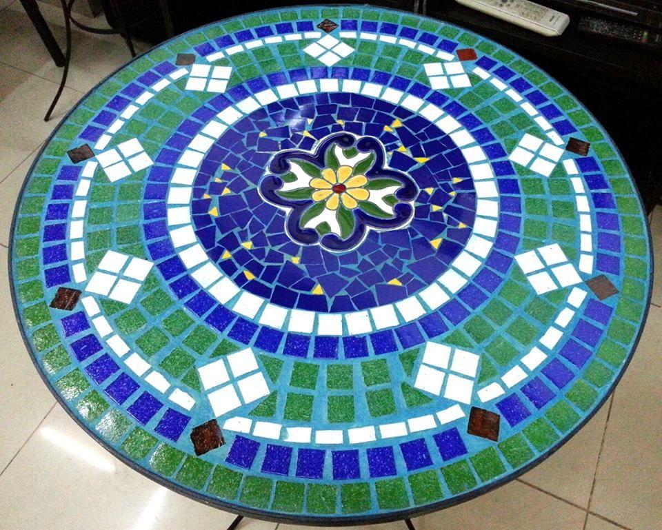 Mesa de jardin en azulejo imitacion mayolica espa ola y for Mesa mosaico jardin