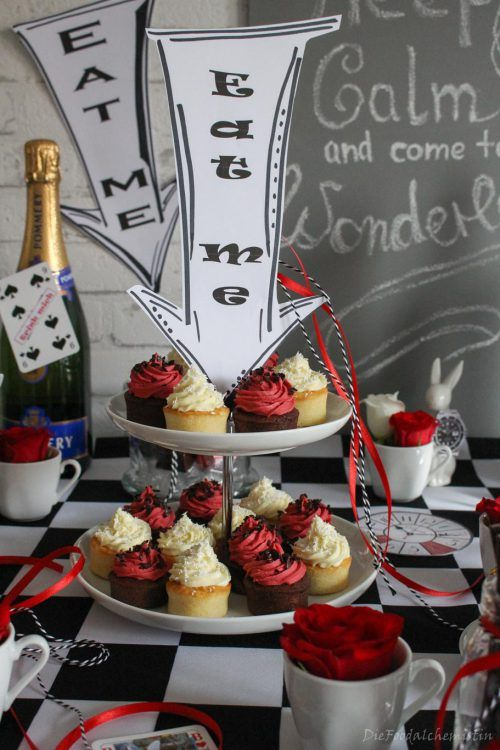Wunderland party table alice im wunderland das bloggerboard zum event food deko living - Alice im wunderland deko ...
