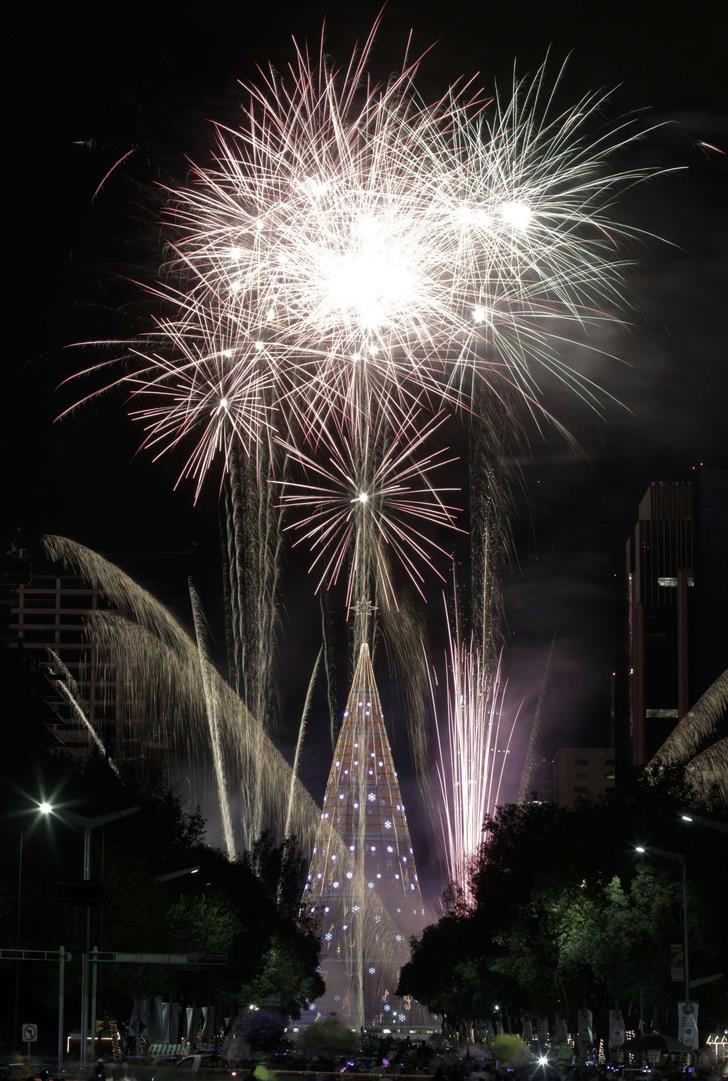 Tallest artificial Christmas tree-Mexico City sets world record | Tall christmas trees ...