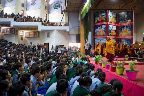 El Bendito Salai Lama dando una conferencia a los jóvenes tibetanos, para que afronten el futuro con coraje y sabiduría.