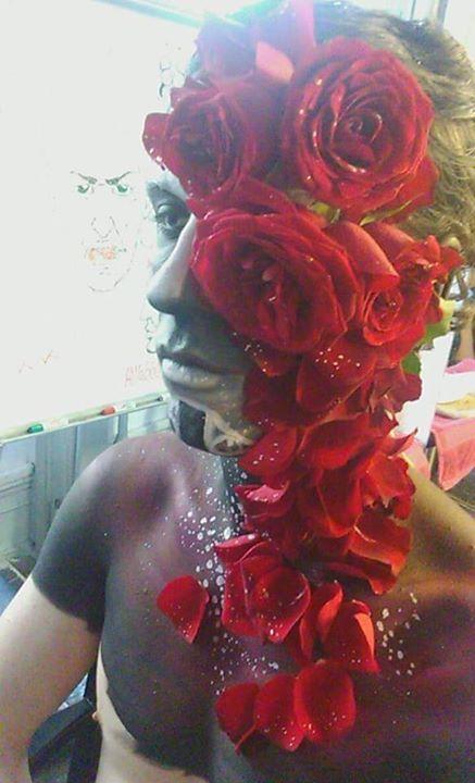 On voit bien toutes les roses collées sur le visage,  pour le maquillage de Jhin <3 #makeup #makeupforever  #makeupaddict #makeupoftheday #makeuplover #makeover #makeupgirl #smokeyeyes #eyesmakeup #animemakeup #lipstick #eyemakeup