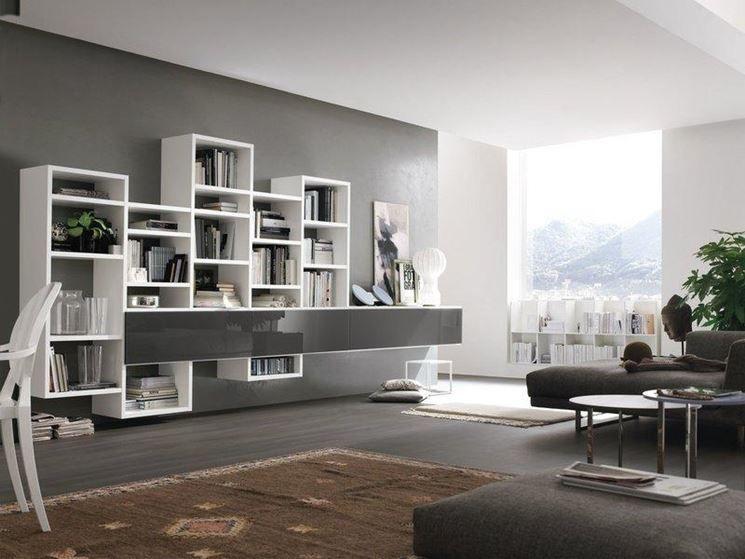 Living moderno con pareti grigie e bianche