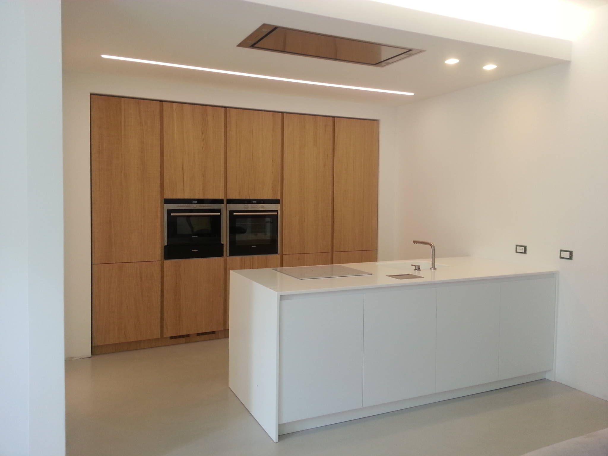 Foto di cucina in stile in stile minimalista : cucina su misura ...