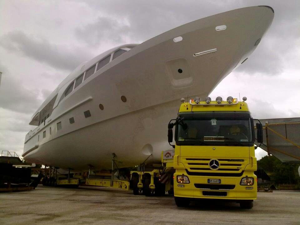 Huge Yacht Schwertransport Daf