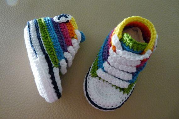 Mini converse de colores de crochet hechos a mano con perlé