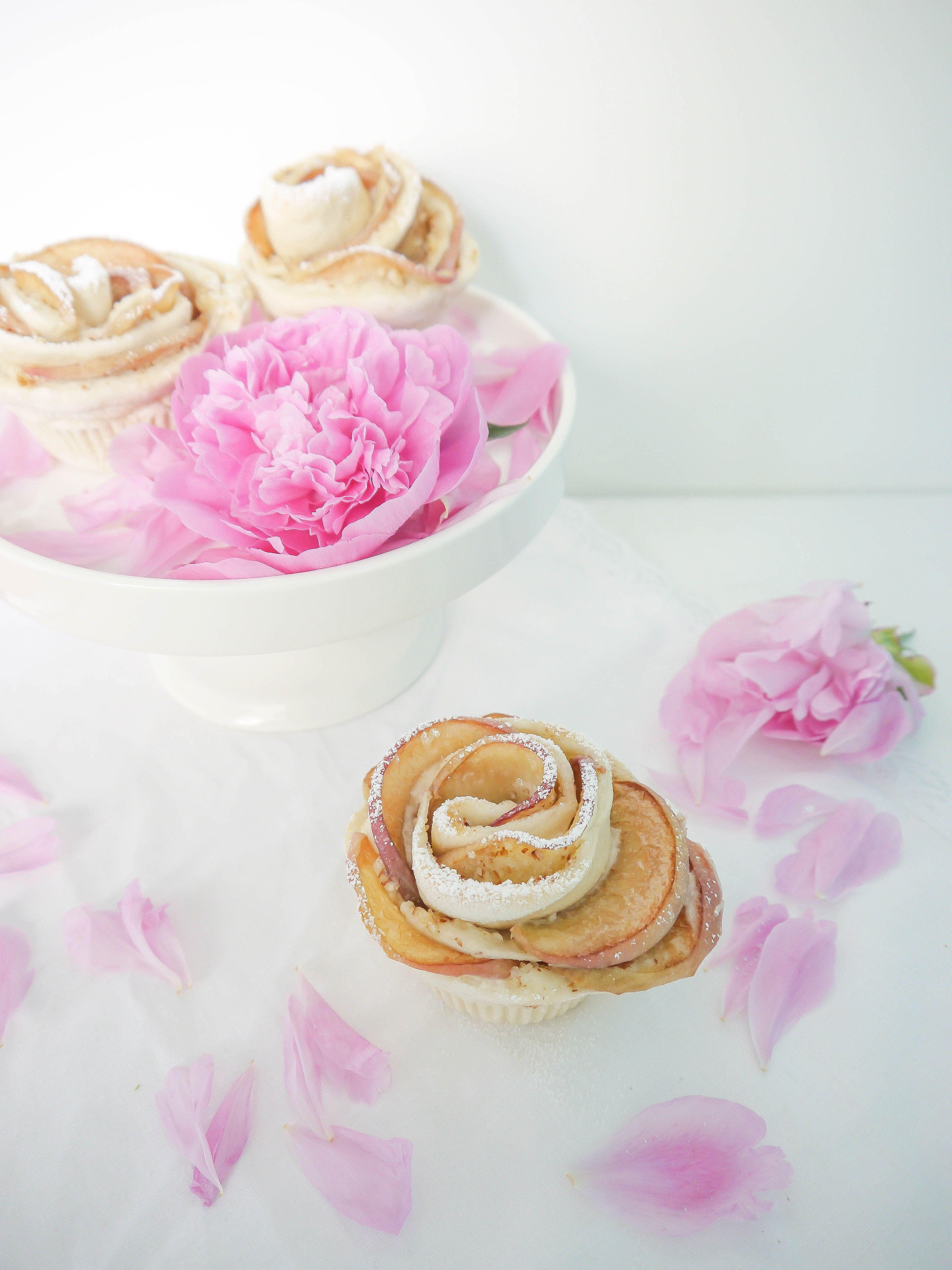 Hefeteig-Rosen mit Bergpfirsichen