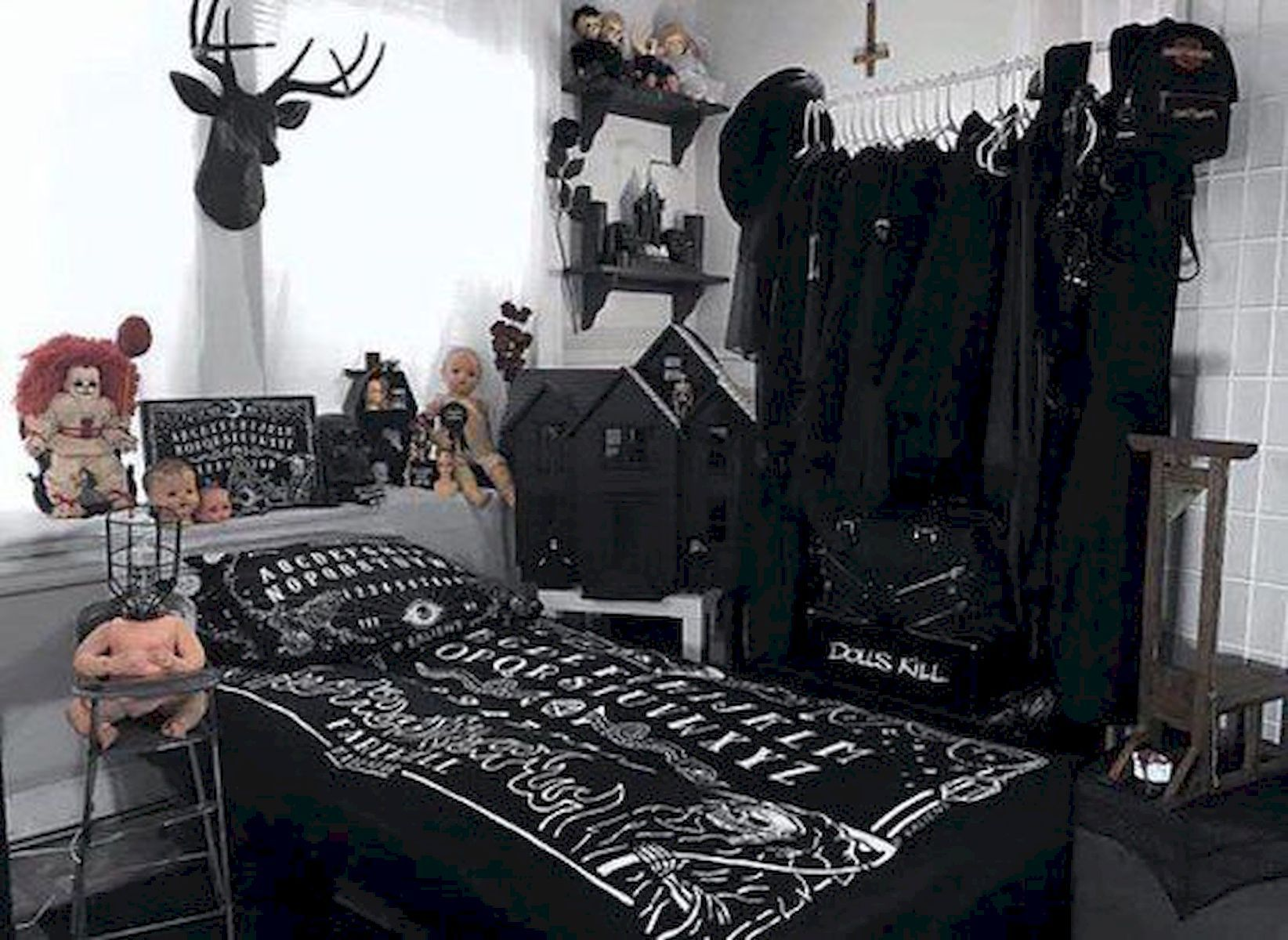 Awesome 16 Gorgeous Halloween Bedroom Decor Ideas source : https