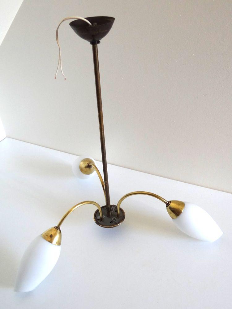 Lustre vintage années 50 doré à trois branches globes tulipe en verre opaque blanc