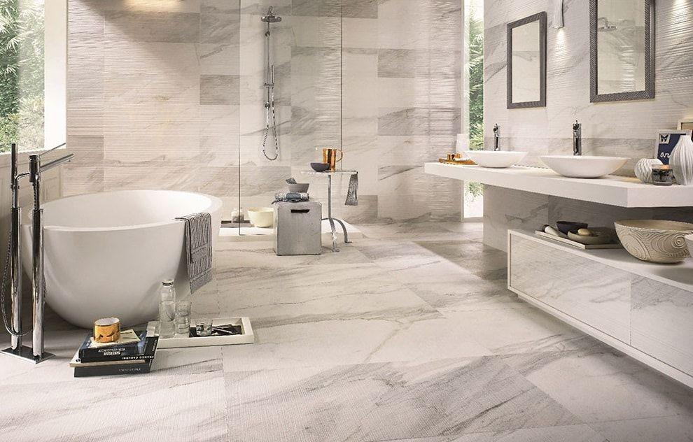 Badkamer Lichte Tegels : Grote lichte badkamer met deze prachtige marmer wit tegels