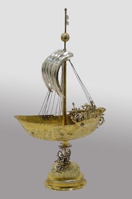 Boat-shaped Table Centerpiece
