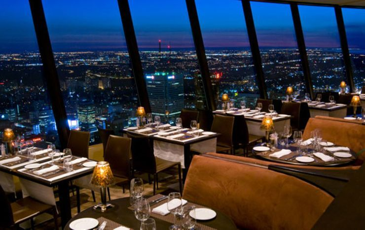 21 Sky High Restaurants And Rooftop Bars In Singapore With Best Views Rooftop Restaurant Rooftop Design Rooftop Dining