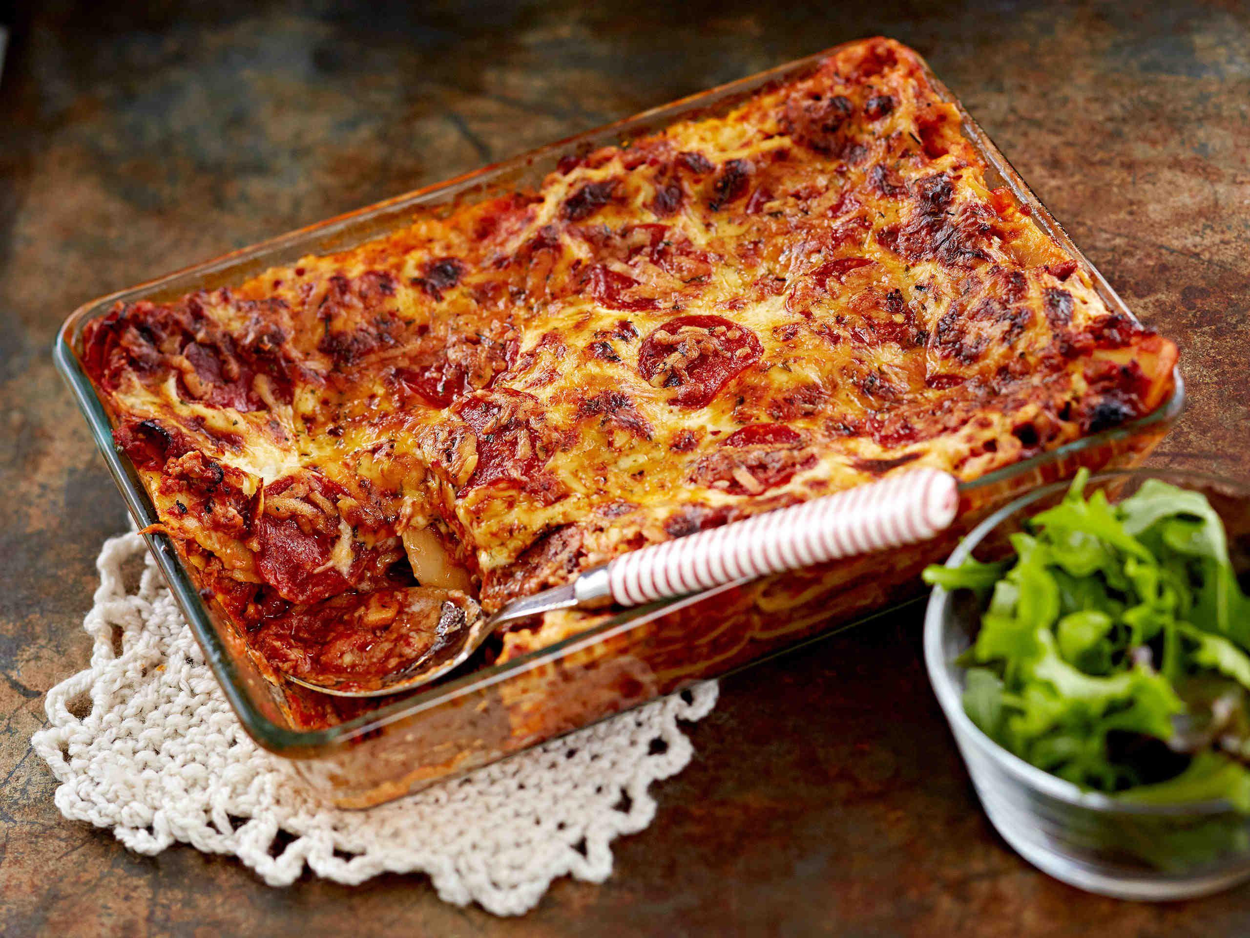 Pepperonilasagne on mehukas klassikko. Lasagnen juustokastike saa uutta potkua texmex-mausteesta ja -juustosta. Pepperonilasagne maistuu raikkaan salaatin kera.